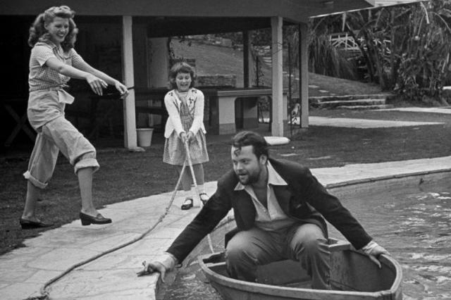 rita_hayworth_clowning_around_with_husband_orson_welles_by_their_swimming_pool._peter_stackpole.jpg