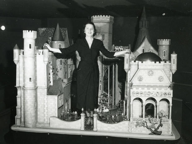 cm-colleen-moore-with-fairy-castle-2.jpg