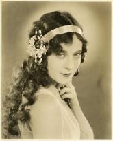 1920s-Hairstyles-1920s-flowers-hair-headband-jobyna-ralston-Favim