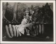 [Eva Le Gallienne as the White Queen, Josephine Hutchinson as Al