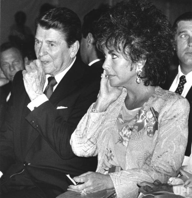 Elizabeth-Taylor-and-Ronald-Reagan-at-AIDS-fundraiser-im-Washing