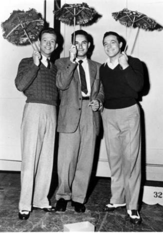 Gene-Kelly-Stanley-Donen-and-Donald-O-Connor-in-Singin-in-the-Rain-1952-singin-in-the-rain-34561204-500-713