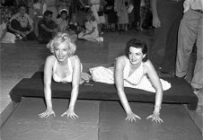 marilyn-monroe-and-jane-russell-cement-their-handprints-and