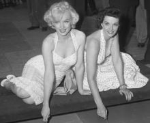 Marilyn_Monroe_and_Jane_Russell_at_Chinese_Theater_2