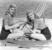 1940s_yank_pin_up_girls_wilde_twins-4