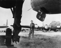 best-years-of-our-lives-the1946-001-dana-andrews-walking-field-bombers-00o-5i2